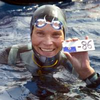 Russian Natalia Molchanova holds the minus 86-meter tag that gives her a win on Sept. 3, 2005, in the first women's free-diving world championship in Villefranche-sur-Mer. Molchanova, 53, has been reported missing since Sunday following a fun dive off the coast of Formentera, Spain. | AFP-JIJI