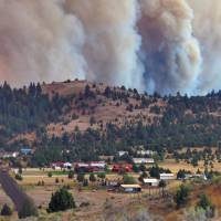 The Canyon Creek Complex fire burns toward a rural subdivision of John Day, Oregon, on Friday. Homes in the area were ordered evacuated as the fire burned out of control.   LES ZAITZ / THE OREGONIAN / OREGONLIVE VIA AP
