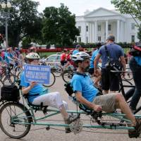 Protesters ride their bicycles in front of the White House on an 11-km ride in Washington on Sunday, the 70th anniversary of the Nagasaki A-bomb attack, to call for the global abolition of nuclear weapons.   KYODO