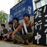 Four university students begin a hunger strike to protest the government's security bills on Thursday in front of the Diet. | SATOKO KAWASAKI