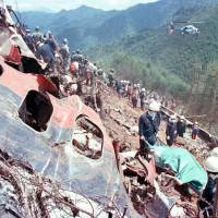 Rescue team members search for victims of a Japan Airlines crash on Mount Osutaka in Gunma Prefecture in August 1985. | KYODO