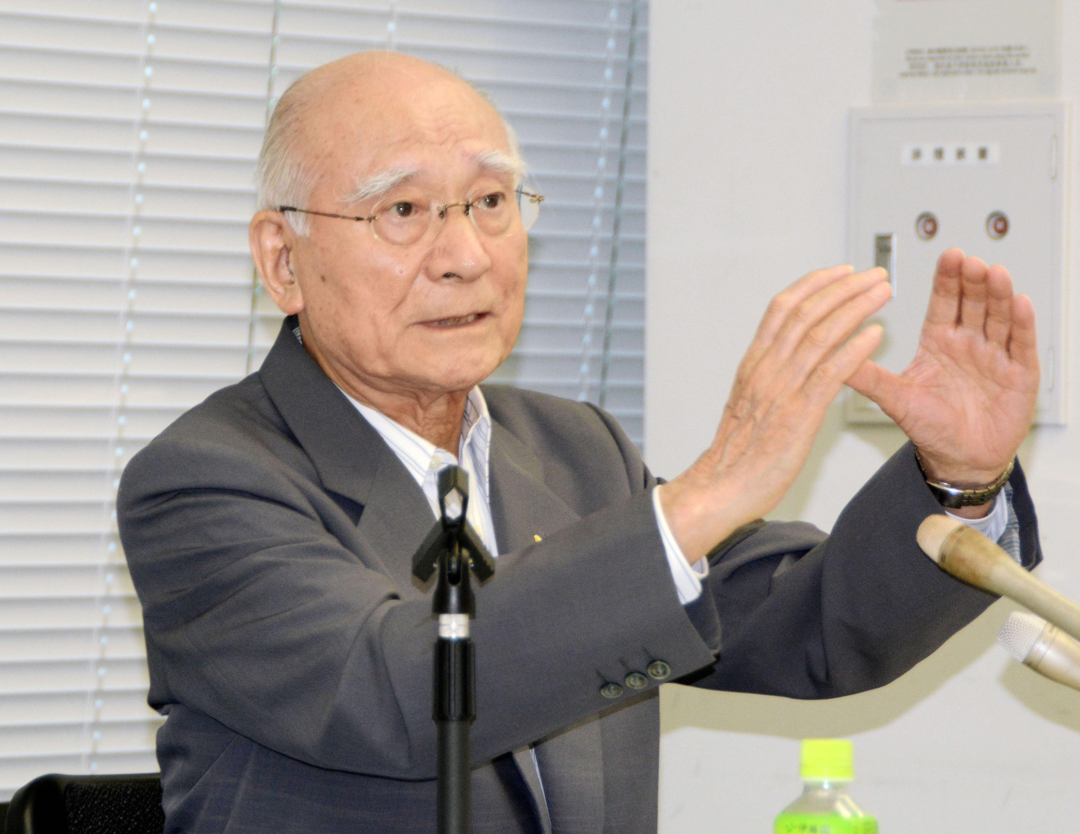 Yoshitoshi Fukahori, an 86-year-old survivor of the 1945 atomic bombing of Nagasaki who has collecting and analyzed atomic bomb-related photos, speaks in the city on June 30.   KYODO