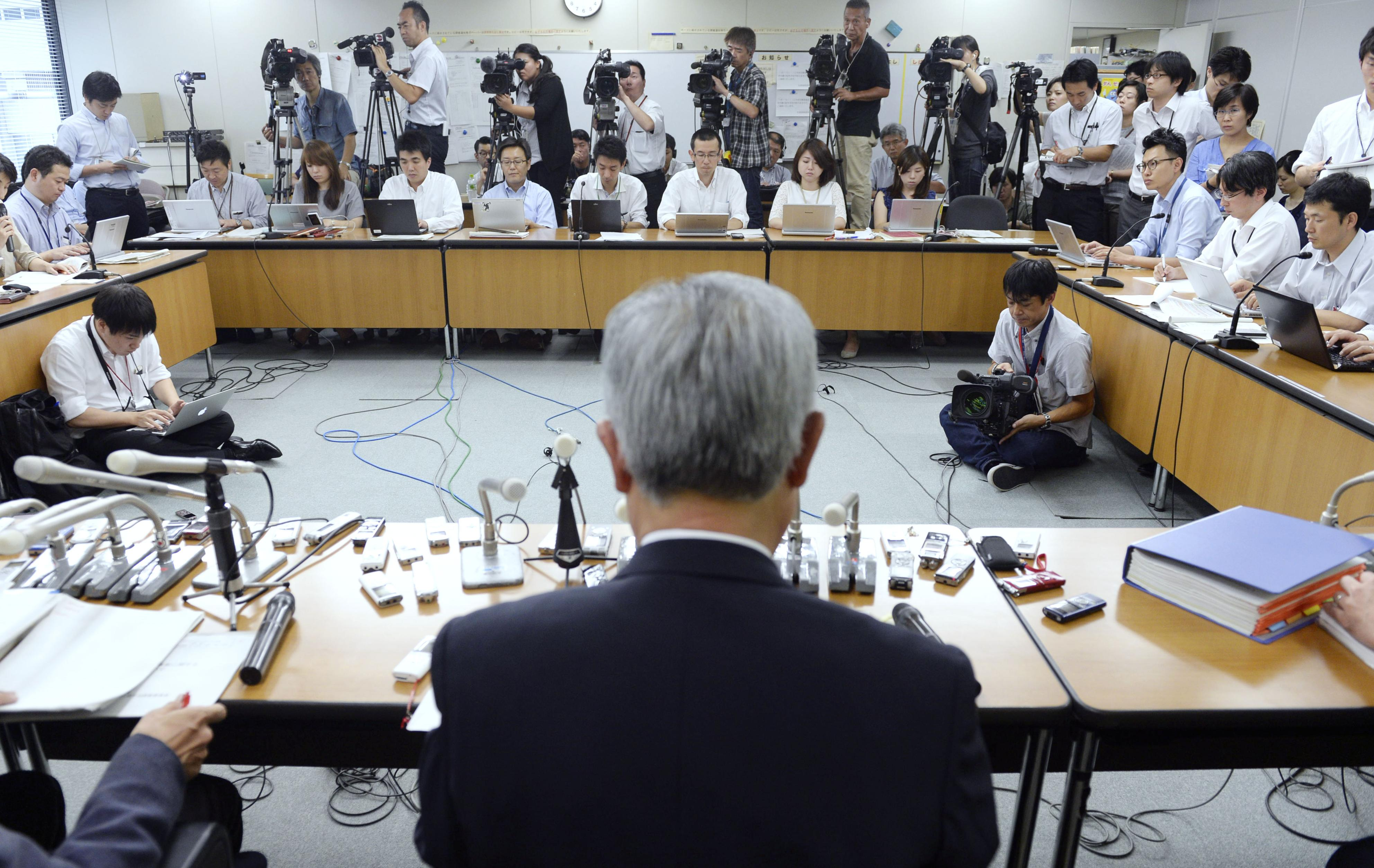 Japan Pension Service President Toichiro Mizushima speaks at a news conference Thursday as he releases an investigation report into data leaks at the agency. | KYODO