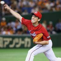 Carp hurler Kenta Maeda pitches against the Giants on Saturday at Tokyo Dome. Maeda tossed seven innings in Hiroshima's 2-1 victory over Yomiuri. | KYODO
