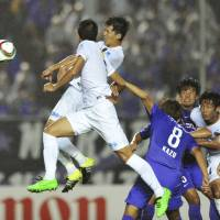 Shuto Yamamoto (rear left) heads home the lone goal of Sanfrecce's win over Antlers on Wednesday. | KYODO