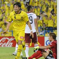 Kashiwa Reysol's Daisuke Suzuki celebrates his second-half goal against Matsumoto Yamaga on Thursday night. Reysol beat the visitors 2-0. | KYODO