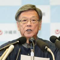 Okinawa Gov. Takeshi Onaga holds a news conference Monday to announce his decision to revoke permission for the central government's landfill work in Nago. | KYODO