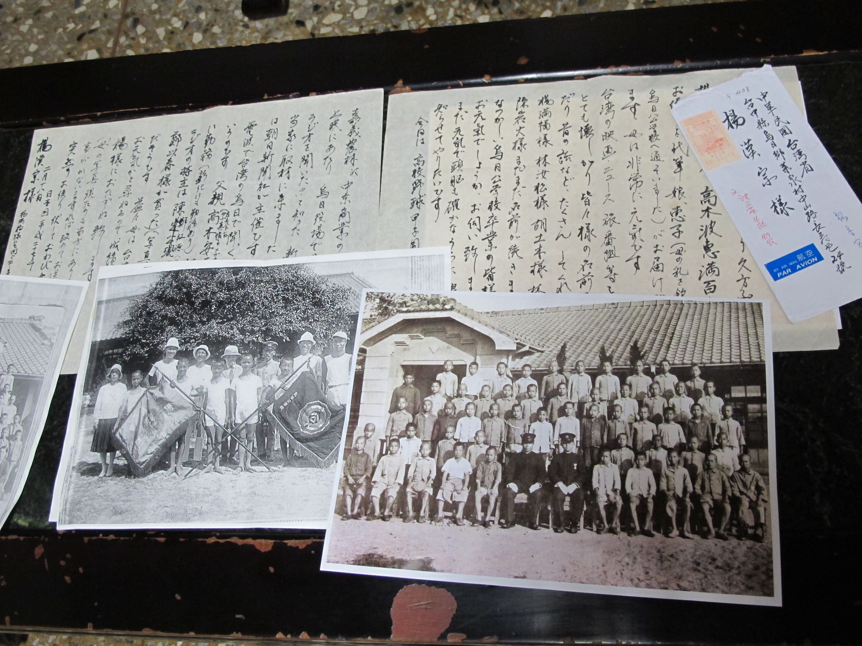 This photo, taken Aug. 26, shows the letter and photos Namie Takaki sent to Yang Han-tsong, one of her former students at Wurih Elementary School in Taichung, Taiwan. | KYODO