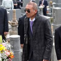 Kenichi Shinoda, the sixth don of the Yamaguchi-gumi crime syndicate, visits the grave of his predecessor in Kobe in 2011. | KYODO