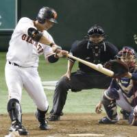 Giants star Shinnosuke Abe hits a go-ahead double in the fifth inning against the Swallows on Saturday at Tokyo Dome. Yomiuri edged Tokyo Yakult 4-3. | KYODO