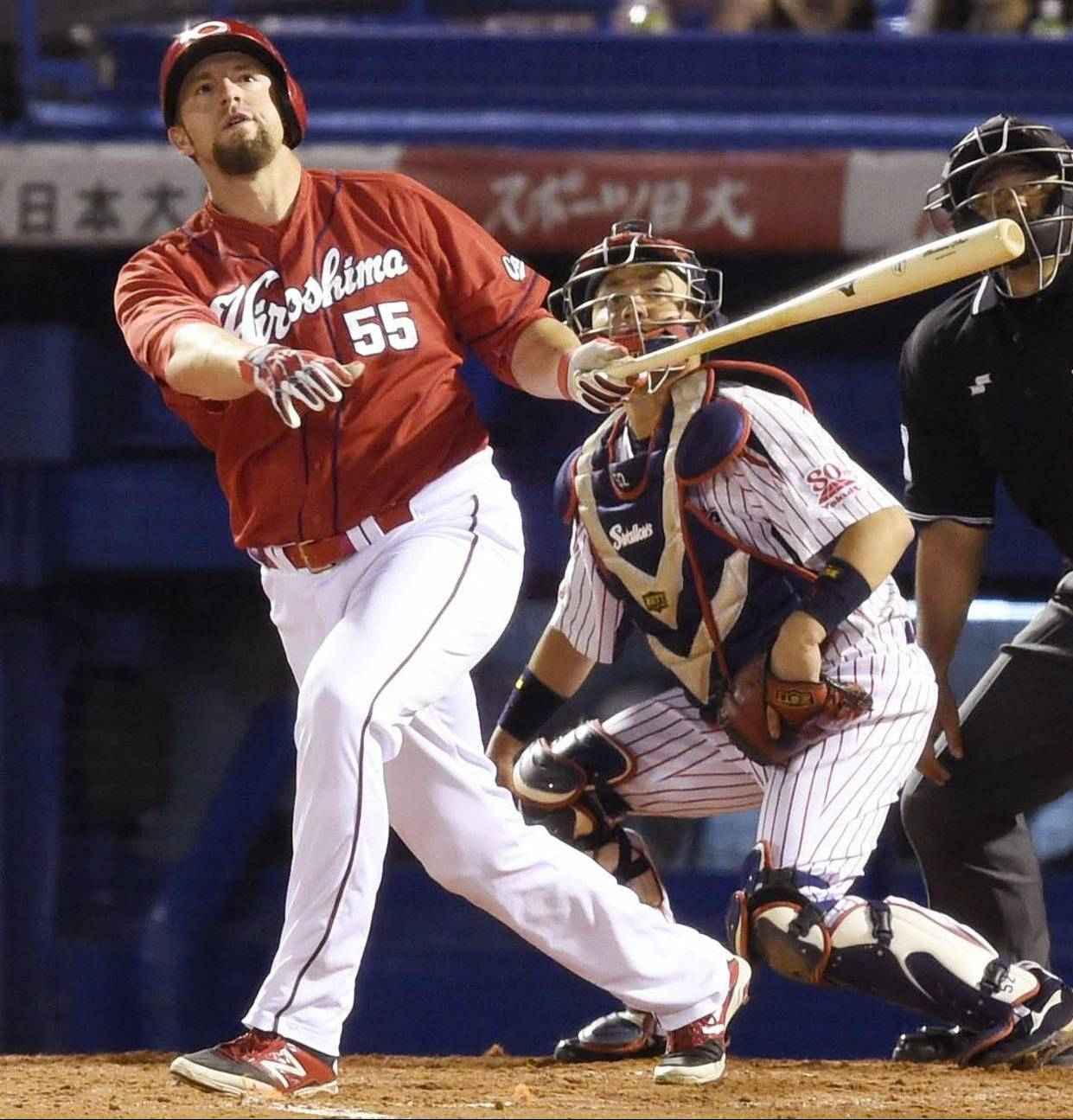 Carp slugger Brad Eldred hits a tiebreaking home run in the fifth inning against the Swallows on Tuesday at Jingu Stadium. Hiroshima defeated Tokyo Yakult 4-2. | KYODO
