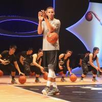 Golden State Warriors star Stephen Curry applauds players at a basketball clinic in Tokyo on Friday. | KAZ NAGATSUKA