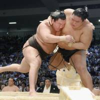 Hakuho (left) is the man to beat at the Autumn Grand Sumo Tournament. | KYODO