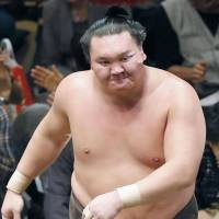 Hakuho leaves the ring following his defeat on Sunday. | KYODO