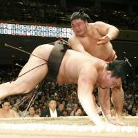 Hakuho loses second straight bout in nightmare start to Autumn Basho