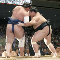 Terunofuji grabs sole possession of first place