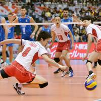 Japan was defeated 25-21, 25-20, 25-15 by Italy at the Men's Volleyball World Cup on Sunday. | KYODO