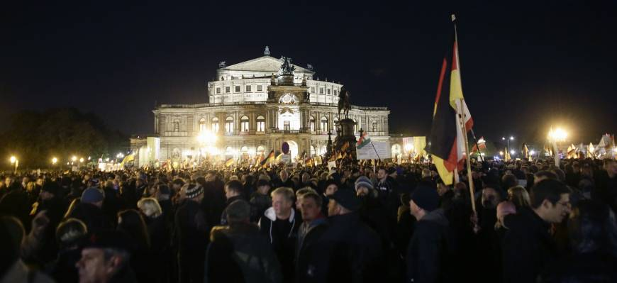 Dresden PEGIDA rally draws thousands demanding ouster of refugees, Merkel