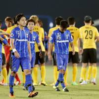 Gamba Osaka's Yasuhito Endo walks off the pitch with his teammates after a scorless draw against Guangzhou Evergrande on Tuesday.   KYODO