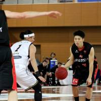 Osaka Evessa guard Shota Konno (with ball), seen in a file photo, scored 16 points in an 83-67 victory over the host Bambitious Nara on Sunday. | HIROAKI HAYASHI