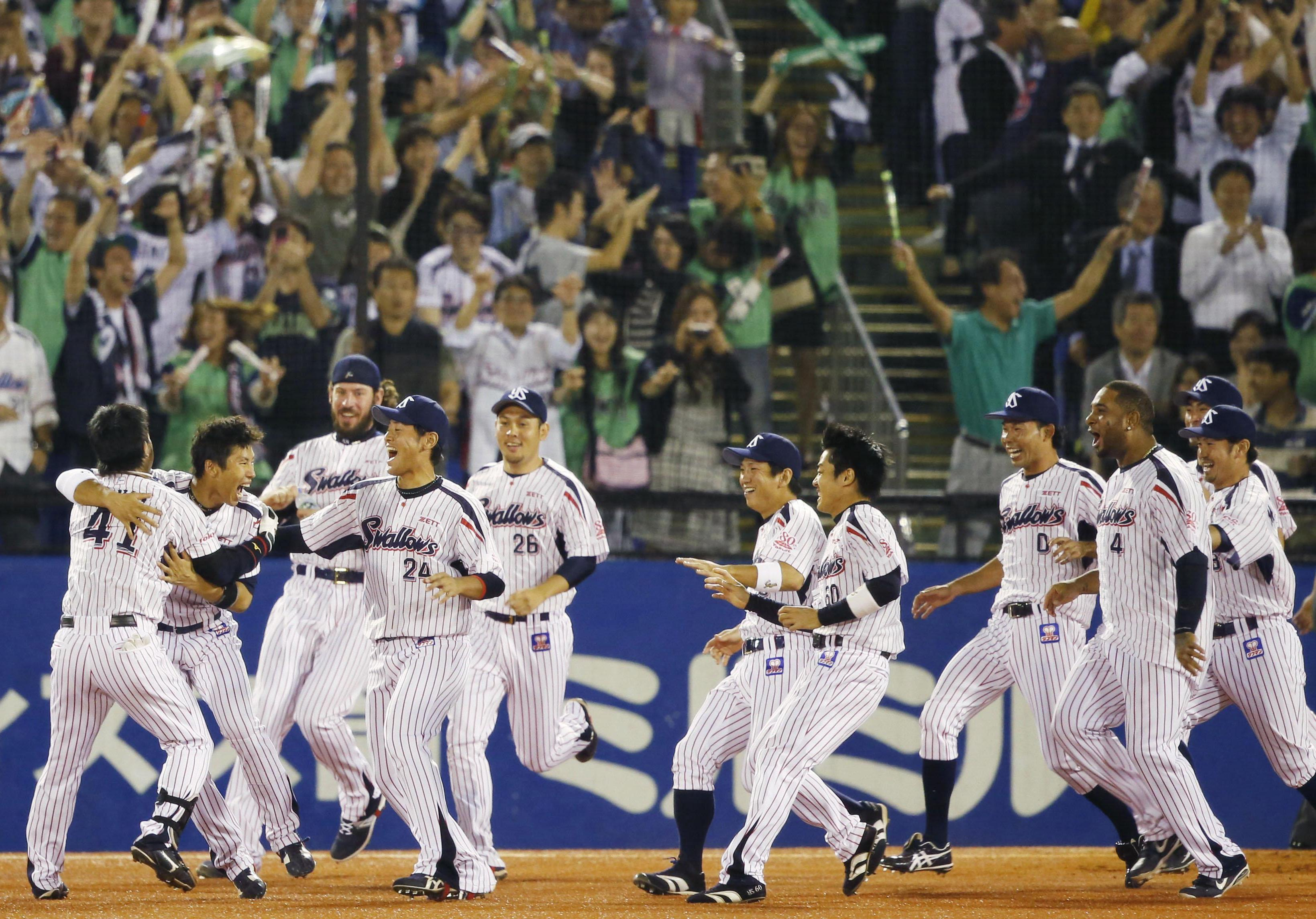 The Tokyo Yakult Swallows celebrate becoming the Central League champions on Friday night at Jingu Stadium. The Swallows defeated the Hanshin Tigers 2-1 in 11 innings to clinch the pennant. | KYODO