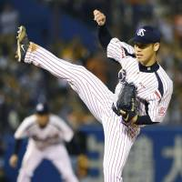 Swallows starter Yasuhiro 'Ryan' Ogawa pitches against the Giants in Game 2 of the Central League Climax Series final stage on Thursday at Jingu Stadium. Tokyo Yakult earned a 4-0 victory over Yomiuri. | KYODO