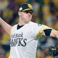 Hawks starter Rick van den Hurk pitches during Game 2 of the Japan Series on Sunday. The Dutch right-hander worked eight scoreless innings against the Tokyo Yakult Swallows as Fukuoka Softbank earned a 4-0 victory. | KYODO
