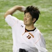 Giants pitcher Tomoyuki Sugano works out at Tokyo Dome on Friday afternoon. | KYODO