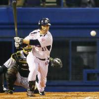 The Swallows' Yuhei Takai slices a game-ending single down the left-field line in the 11th inning on Friday night. | KYODO