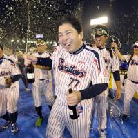 Swallows manager Mitsuru Manaka and his team celebrate their series-clinching, 3-2 victory over the Yomiuri Giants in Game 4 of the Central League Climax Series final stage on Saturday night at Jingu Stadium. | KYODO