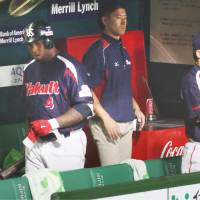 It was a frustrating evening for Wladimir Balentien (left) and his Swallows teammates. Tokyo Yakult had only three hits in a Game 2 loss to the Fukuoka Softbank Hawks. | KYODO