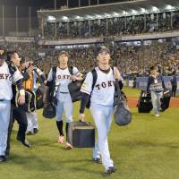 The Yomiuri Giants walked off the field after their season-ending loss on Saturday at Jingu Stadium. | KYODO