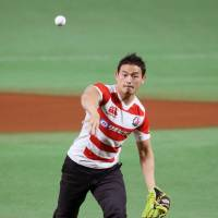 Brave Blossoms standout Ayumu Goromaru, who played a pivotal role in Japan's success at the 2015 Rugby World Cup, throws the ceremonial first pitch before Game 1 of the Japan Series on Saturday.   KYODO