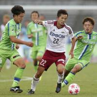 Naoki Maeda of Matsumoto Yamaga (center) competes against Shonan Bellmare's Ryota Nagaki (left) and Shota Kobayashi during Saturday's Emperor's Cup match in Hiratsuka, Kanagawa Prefecture. Yamaga defeated Bellmare 3-2. | KYODO