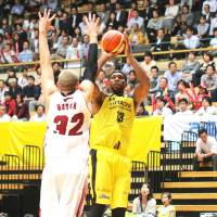 Sunrockers forward Ira Brown takes a jumper as Brave Thunders center Brian Butch attempts to block it on Friday. | KAZ NAGATSUKA