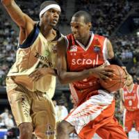 Six-time title winner Jeff Newton (left) will be honored by the Ryukyu Golden Kings in a retirement ceremony next month for his long, productive career. | YOSHIAKI MIURA
