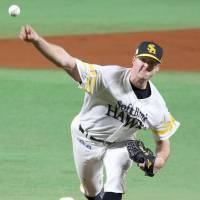 Hawks hurler Rick van den Kurk picks up the victory in Game 2 of the Japan Series on Sunday. He threw eight scoreless innings against the Swallows. | KYODO