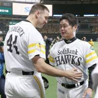 Hawks manager Kimiyasu Kudo turned to his bullpen after starter Rick van den Hurk tossed eight scoreless innings in Game 2 of the Japan Series on Sunday night at Yafuoku Dome.  | KYODO