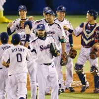Swallows closer (center) Tony Barnette enjoyed his first taste of the Japan Series in Tuesday's Game 3 win over the Hawks. | KYODO