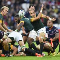 South Africa and Suntory Sungoliath scrumhalf Fourie du Preez passes the ball during the Springboks' Rugby World Cup win over the United States on Oct. 7. | REUTERS