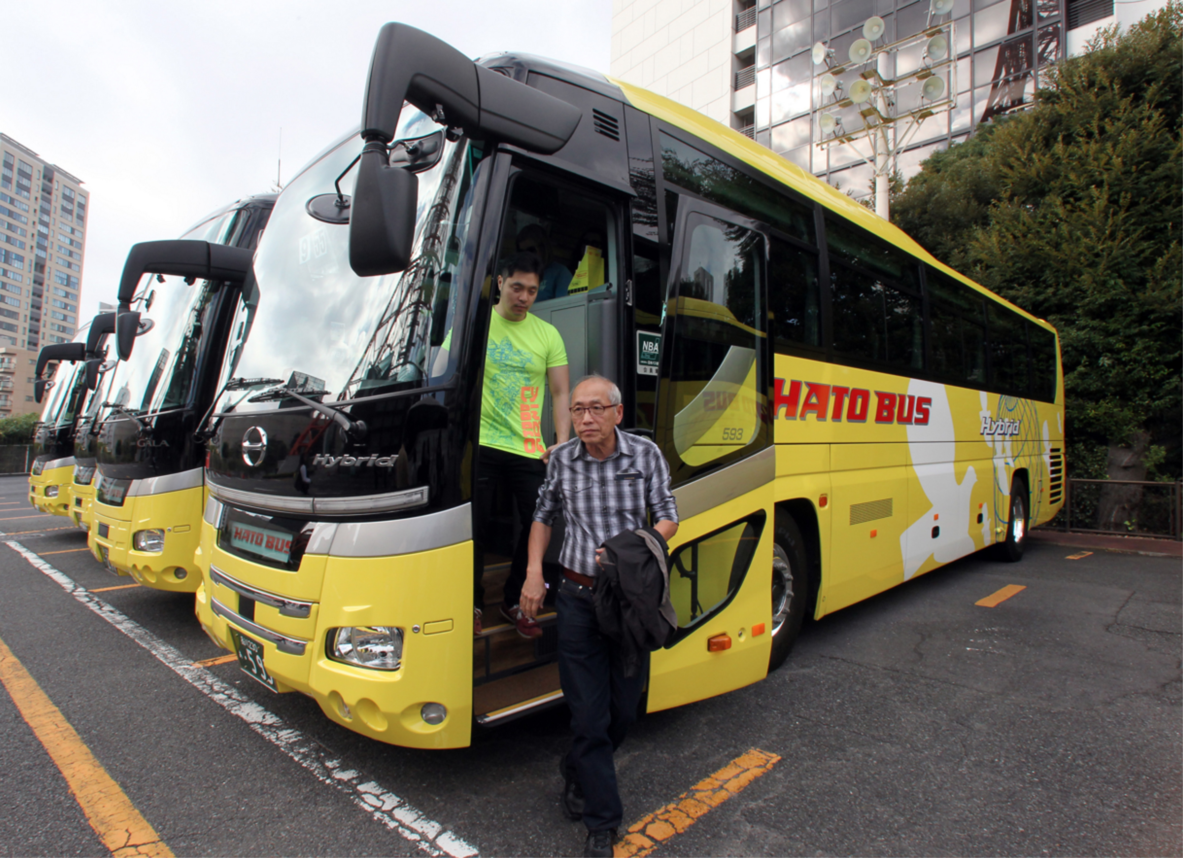 Tourists step off a coach during a sightseeing tour operated by Hato Bus Co. in Tokyo on Nov. 5. | BLOOMBERG