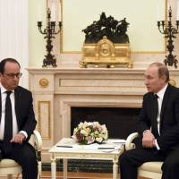 Hollande visits Putin to push for greater joint effort with U.S. against Islamic State