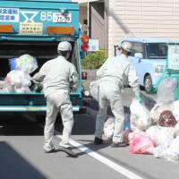 Combustible waste, including cardboard boxes, is collected at a street in Toyohashi, Aichi Prefecture. The city plans to start collecting raw garbage separately next year for biomass power generation. | CHUNICHI SHIMBUN