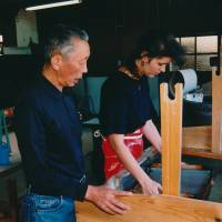 Papermaker Elaine Cooper receives advice from washi expert Akira Goto in this 1998 file photo. Cooper, who studied the craft in Mino, Gifu Prefecture, is now promoting handmade washi in Britain. | COURTESY OF ELAINE COOPER/KYODO
