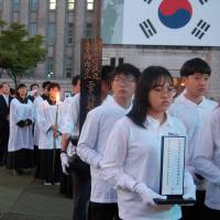 Attendees await the start of the  funeral ceremony at Seoul Plaza on Sept. 19.   KAYOKO KIMURA
