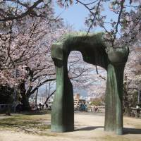 Henry Moore's arch during cherry-blossom season at the Museum of Contemporary Art, Hiroshima. | ANGELES MARIN CABELLO