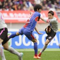 Sagan Tosu midfielder Kota Mizunuma takes a shot against FC Tokyo on Sunday at Ajinomoto Stadium. FC Tokyo missed out on qualifying for the playoffs when the match ended in a scoreless draw. | KYODO