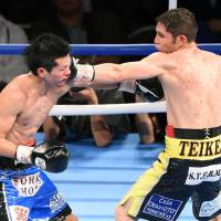 Mexico's Carlos Cuadras (right) punches challenger Koki Eto during their WBC super flyweight title bout on Saturday in Sendai. Cuadras retained his title by unanimous decision. | KYODO