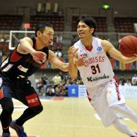 Toyama star Masashi Joho, seen in a file photo, made 11 of 13 shots from the field and scored 27 points in the Grouses' 93-65 rout of the host Tokyo Cinq Reves on Sunday in Inagi. | YOSHIAKI MIURA