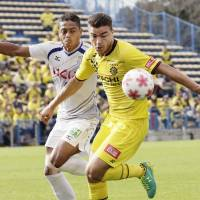 Kashiwa Reysol striker Cristiano controls the ball during his team's 2-1 win over Ventforet Kofu in the Emperor's Cup on Sunday. | KYODO